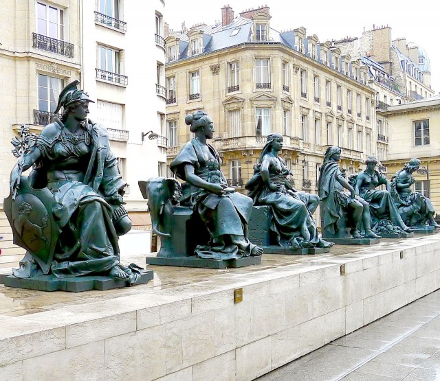 Статуи 6 континентов, которые украшали фасад дворца Трокадеро, теперь находятся перед музеем Орсэ.