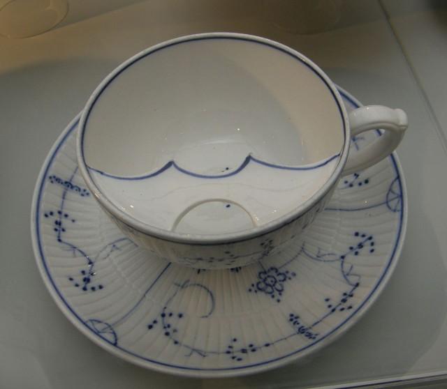 Чашка, специально разработанная для мужчин с усами, чтобы они могли пить шоколад не испачкавшись!