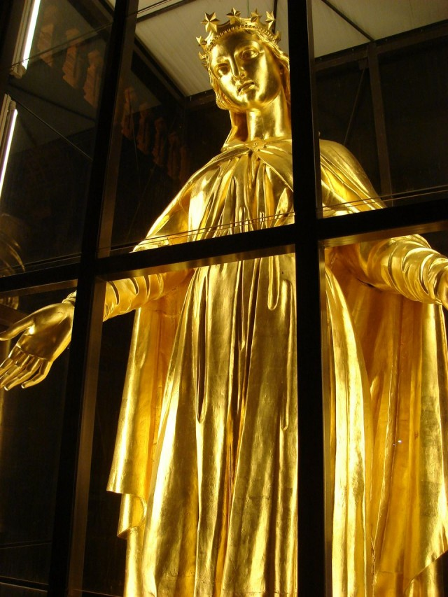 Позолоченная статуя Девы Марии