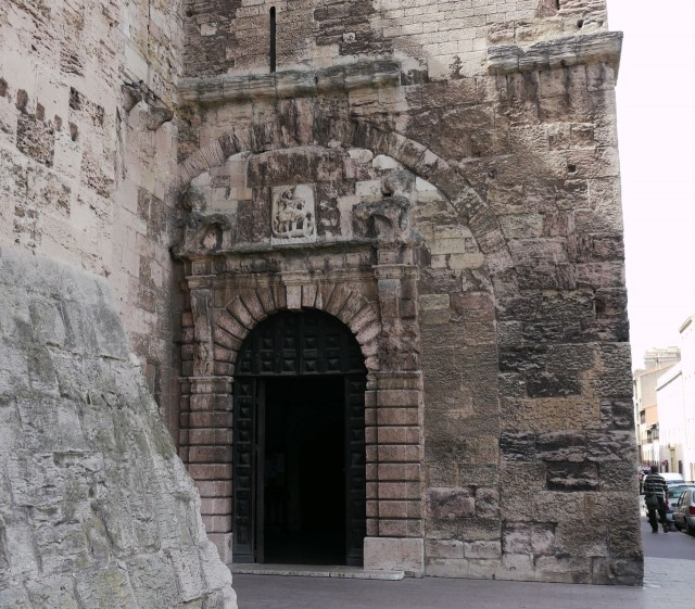 Входной портал церкви в башне Изарн (Porte d'entrée dans la tour fortifiée d'Isarn)