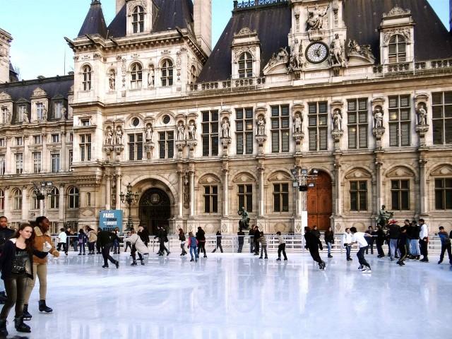 Ледовый каток около парижской мерии