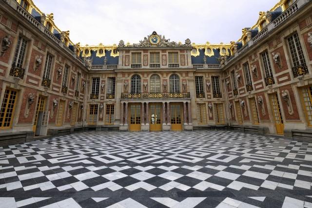 Апартаменты Короля (Appartement du roi) с окнами, выходящими во Мраморный Двор (cour de marbre)