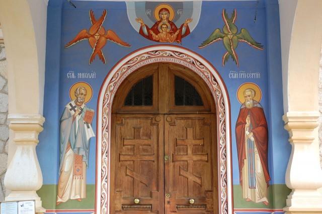 Фрески у входа в храм