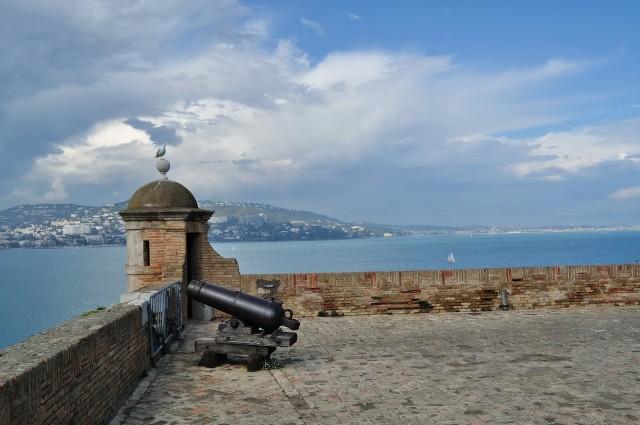 Со стен форта видны Канны