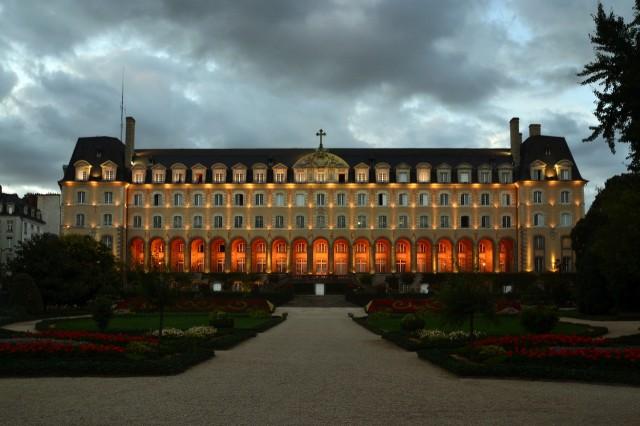 Дворец Сен-Жорж (XVII век), сейчас это казармы