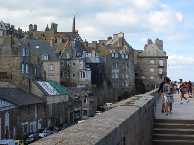 На городских крепостных стенах