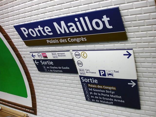 Указатель на автобус до аэропорта на  станции метро Porte Maillot