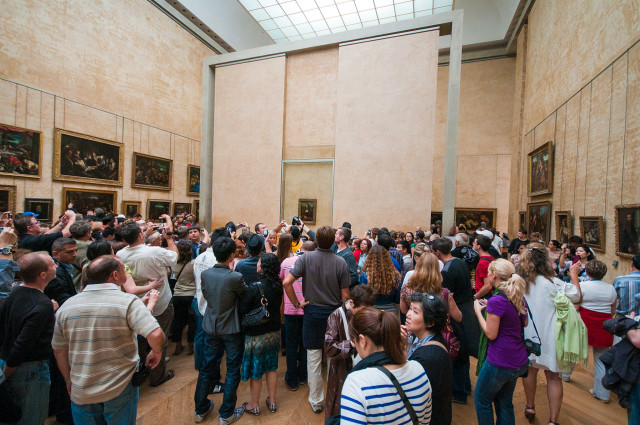 Посетители перед Моной Лизой Леонардо да Винчи