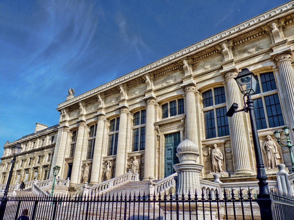 Замыкает площадь дворец Правосудия