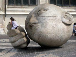Человек слушающий – каменный страж Парижа