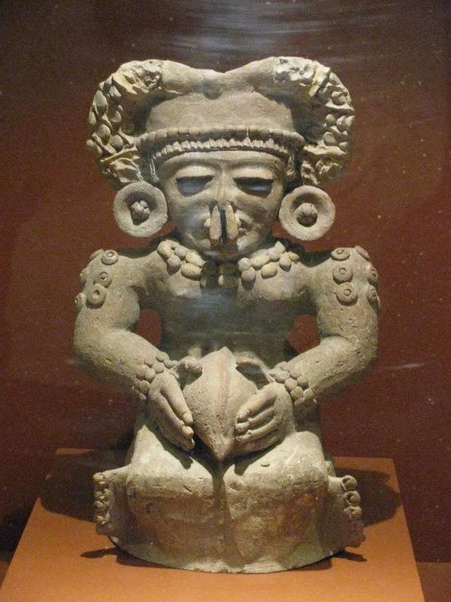 Статуя индейца с какао-бобом