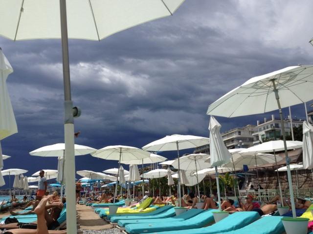 На пляже Hi Beach, Ницца