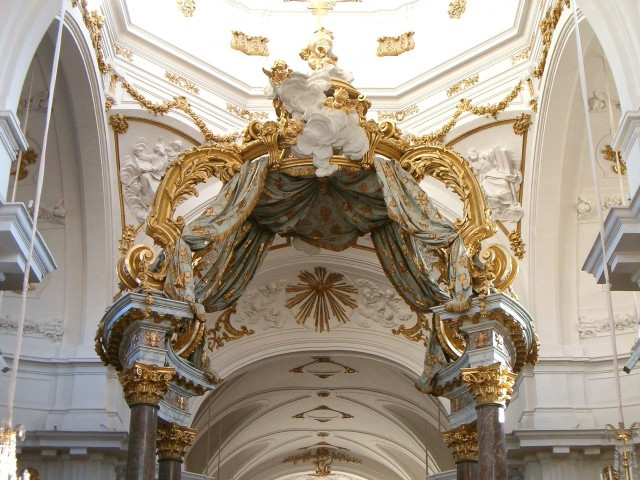 Балдахин над алтарем в церкви святого Бруно