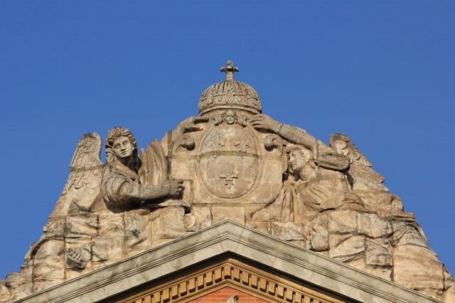 Два ангела, поддерживающие герб на фронтоне Капитолия