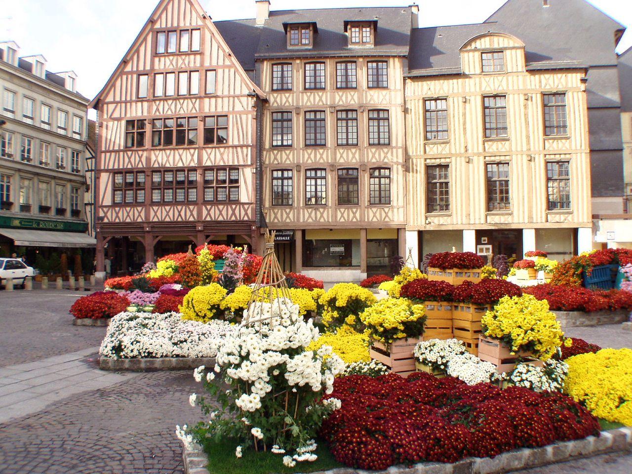 Старая рыночная площадь Руана – место казни Жанны д'Арк
