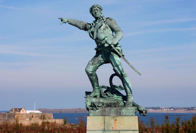 Памятник корсару Сюркуфу