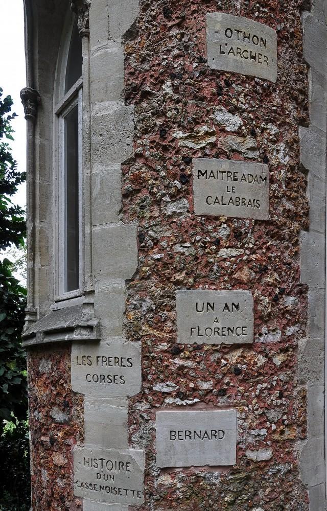 Названия лучших романов и имена героев, выбитые на стене замка Иф
